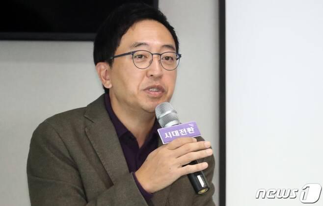 금태섭 전 민주당 의원이 14일 서울 마포구에서 조정훈 시대전환 대표가 주도하는 '누구나 참여아카데미'에서 강연을 하고 있다. /사진 뉴스1