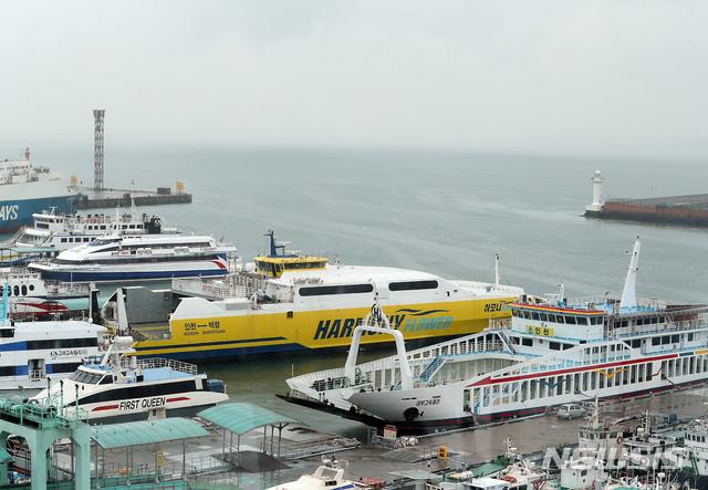 [인천=뉴시스] 이종철 기자 = 인천시 중구 인천연안여객터미널에 여객선들이 정박해 있다. 2020.07.13. jc4321@newsis.com