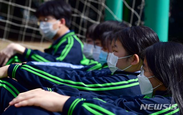[광주=뉴시스] = 광주의 한 중학교 학생들이 마스크를 착용한 채 운동장 수업을 하고 있다. (사진=뉴시스 DB). photo@newsis.com