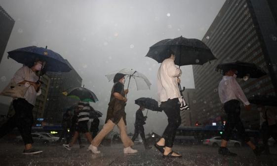 우산을 쓴 시민들. 서울=연합뉴스