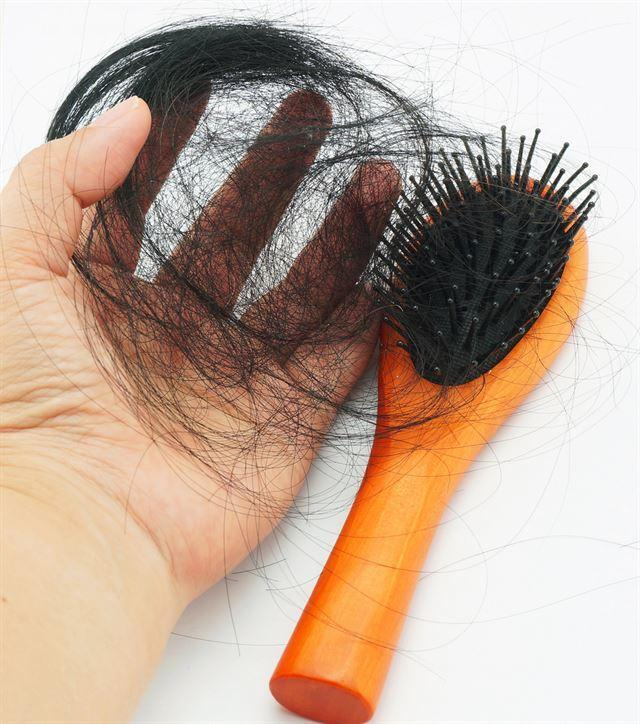두피가 건조하고 유·수분의 균형이 깨지면 머리카락이 잘 빠지게 된다. 게티이미지뱅크