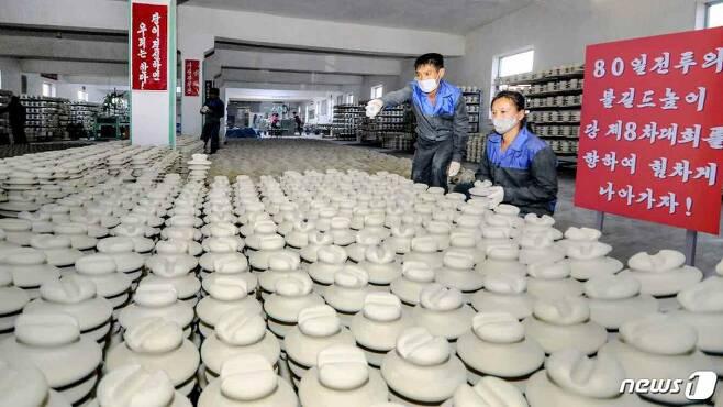 북한 노동당 기관지 노동신문은 '80일 전투'에 나선 문덕애자공장을 조명했다. 공장 내부에는 '80일 전투의 불길 드높이 당 제8차 대회를 향하여 힘차게 나아가자!'라는 내용의 표어가 적혀 있다. / 사진=뉴스1