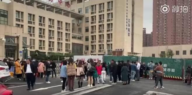 중국 저장성 이우에서 코로나19 백신을 맞기 위해 기다리는 사람들. /사진=웨이보 갈무리