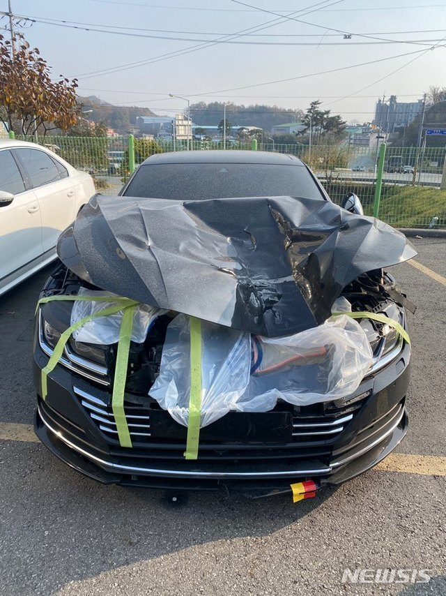 """[수원=뉴시스] 파손된 A씨의 차량. A씨는 """"사고 당시 타이어가 보닛을 충격, 굉음과 함께 솟아올라 시야를 모두 가렸다""""면서 """"보닛에 맞았기에 망정이지 앞 유리에 맞았으면 죽을 뻔했다""""고 말했다. 2020.11.20. (사진=독자 제공)"""