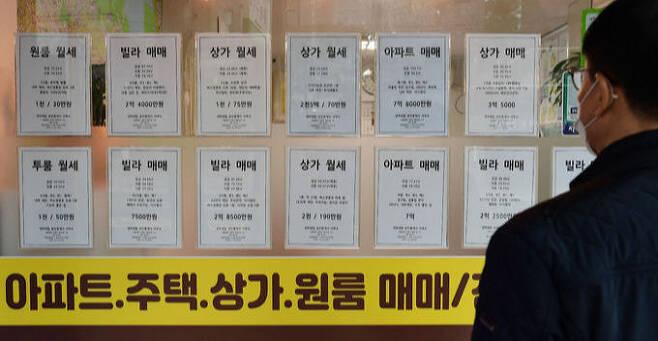 정부가 전세대란을 극복하기 위해 전국에 공공임대 11만 4천 가구를 공급하기로 한 가운데 19일 서울 은평구 한 부동산에 월세와 매매 광고 문구만 걸려 있다. 이재문 기자