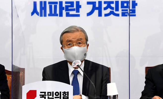 19일 오전 국회에서 열린 국민의힘 비상대책위원회의에서 김종인 비대위원장이 모두 발언을 하고 있다. 허정호 선임기자