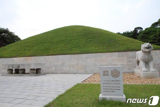 1974년 발굴 후 웅장하게 개건된 동명왕릉의 정면 모습. 2004년에 유네스코 세계문화유산으로 등재됐다. (미디어한국학 제공) 2020.11.21© 뉴스1