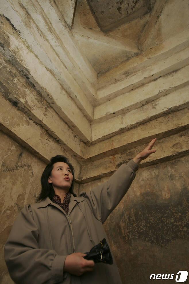 2007년 2월 리명화 해설강사가 동명왕릉을 뒤쪽에 있는 '진파리 제7호분'에 직접 들어가 묘실 구조에 대해 설명하고 있다. 이 무덤을 북한에서는 고구려 건국공신인 마리 장군의 묘라고 주장한다. (미디어한국학 제공) 2020.11.21.© 뉴스1