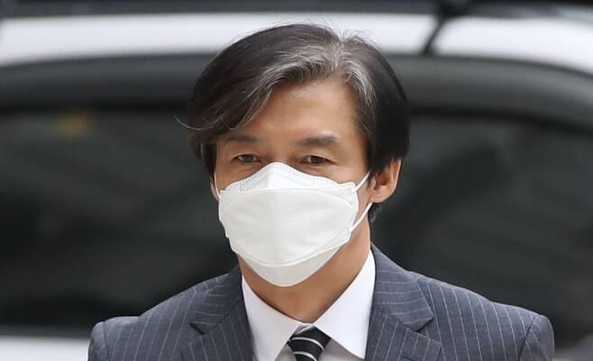 자녀 입시 및 사모펀드 비리와 유재수 전 부산시 경제부시장 감찰무마를 지시한 혐의로 기소된 조국 전 법무부장관이 20일 오후 공판에 출석하기 위해 서울 서초구 서울중앙지방법원으로 들어서고 있다./뉴시스