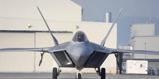 지난 19일 일본 이와쿠니 기지에서 미 공군 소속 F-22 랩터가 작전을 수행하고 있다./미 해병대