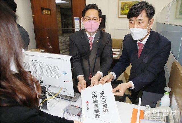 국민의힘 하태경, 박수영 의원(오른쪽부터)이 20일 서울 여의도 국회 의안과에 국민의힘 부산지역 국회의원 15명이 공동 발의한 '부산 가덕도신공항 특별법안'을 제출하고 있다. 김동주 기자 zoo@donga.com
