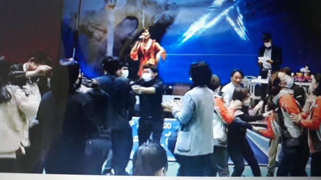 전남 고흥라이온스클럽 회원들이 11월 14일 오후 군민회관에서 국제라이온스 고흥대회를 마친 뒤 여흥을 즐기고 있다. ⓒ유튜브 동영상 캡쳐