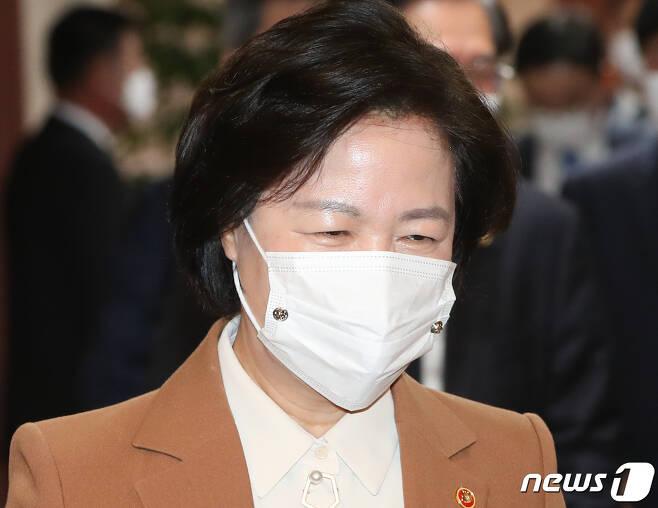 추미애 법무부 장관이 지난 17일 오전 서울 종로구 정부서울청사에서 열린 국무회의에 참석하고 있다. /뉴스1 © News1 허경 기자
