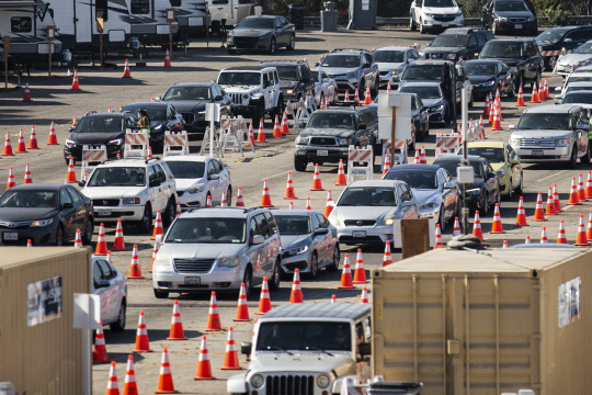 늘어선 코로나검사 대기차량    코로나 재확산으로 비상인 미국 캘리포니아주 로스앤젤레스의 다저스타디움에 마련된 코로나19 검사소 앞에 19일(현지시간) 검사 차례를 기다리는 수천 대의 차량이 줄지어 서 있다. (위 사진) 미국 오하이오주 콜럼버스에서 19일(현지시간) 주민들이 성조기와 피켓 등을 들고 코로나19 확산 방지를 위한 규제 조치에 항의하는 집회에 참여하고 있다.    로스앤젤레스= EPA 연합뉴스