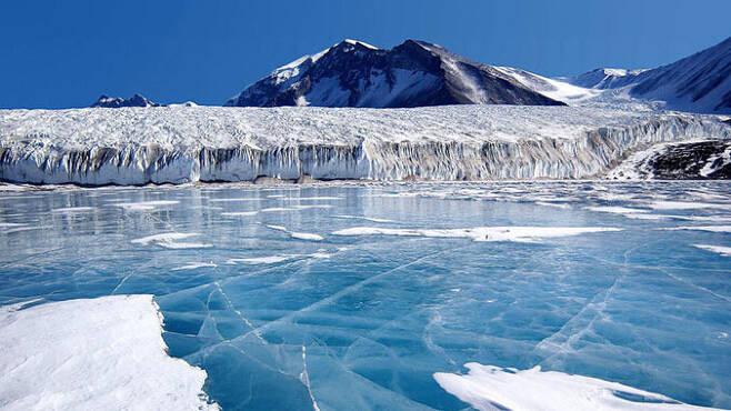 남극대륙의 얼어붙은 호수. 하와이대 제공