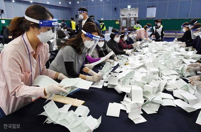 제21대 총선 투표일인 15일 오후 서울 영등포구 다목적베드민턴체육관에서 개표작업이 진행되고 있다. 홍인기 기자