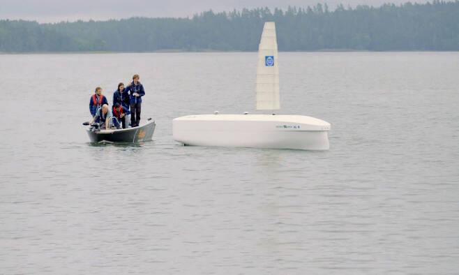 지난달 스웨덴 연구진이 길이 7m짜리 모형 '오션버드'를 바다에 띄워 시험 운항하는 모습.  월레니우스 마린 제공