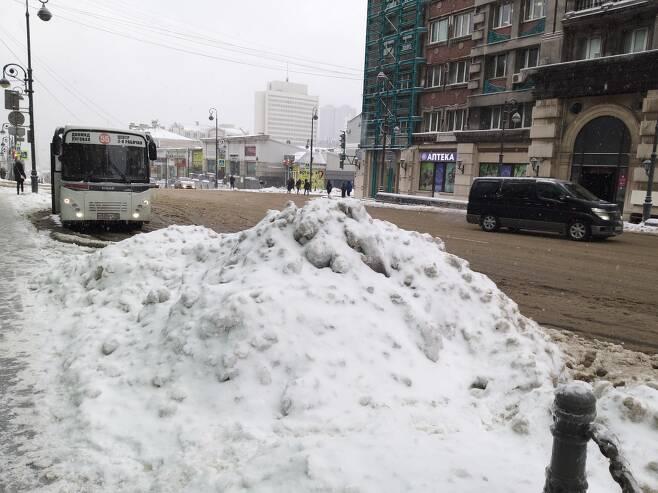 도심 중심부 버스정류장 인근에 쌓인 눈 [연합뉴스 김형우 촬영]