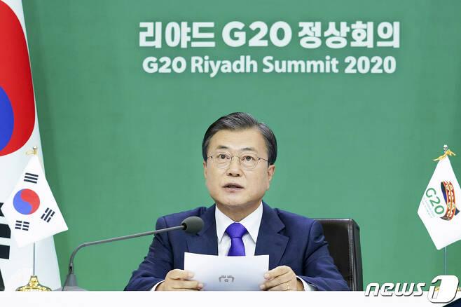 문재인 대통령이 22일 청와대 본관에서 '포용적이고 지속가능한 복원력 있는 미래'를 주제로 열린 사우디아라비아 2020 리야드 주요 20개국(G20) 화상 정상회의 2세션에 참석해 발언하고 있다. 2020.11.23/뉴스1 © News1 박정호 기자