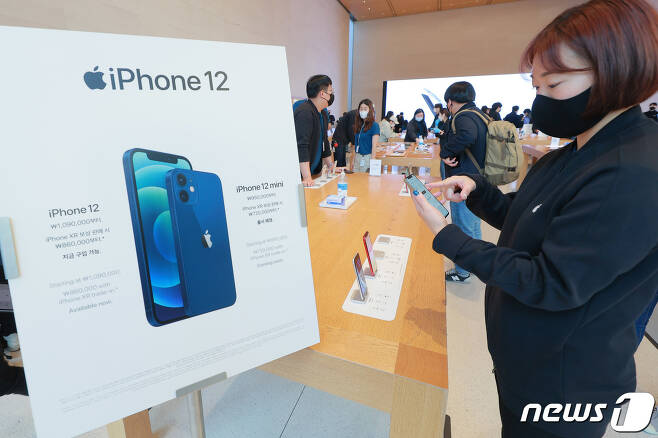 애플의 첫 5G 스마트폰 아이폰12 시리즈가 한국에 공식 출시한 30일 오전 서울 강남구 '애플스토어 가로수길'에서 직원이 제품을 소개하고 있다. 2020.10.30/뉴스1 © News1 김진환 기자