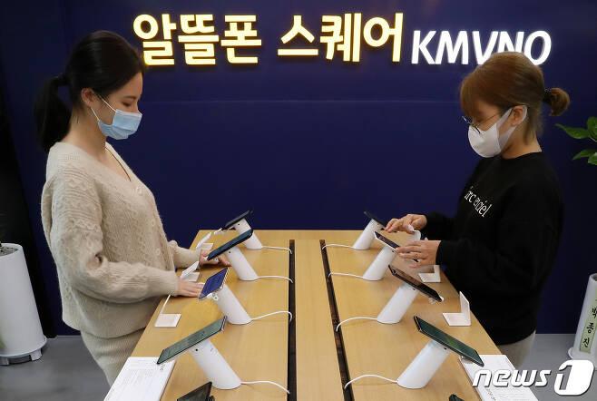 한국통신사업자연합회(KTOA)에 따르면 지난달 이통 3사에서 알뜰폰으로 넘어온 순증 가입자 수는 1만 3039명으로, 5개월 연속(6월 5138명, 7월 6967명, 8월 9909명, 9월 1만 2433명, 10월 1만 3039명) 증가세를 나타내고 있다 2020.11.9/뉴스1 © News1 이동해 기자