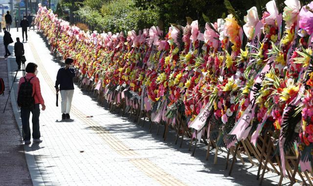 지난달 29일 서울 서초구 대검찰청 앞에 윤석열 검찰총장을 응원하는 화환들이 놓여 있다. 뉴스1