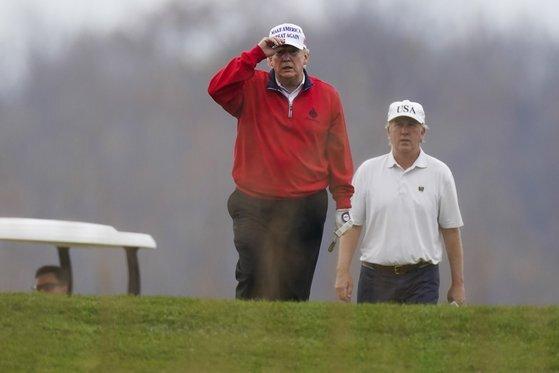 도널드 트럼프 미국 대통령이 21일(현지시각) 워싱턴 인근 버지니아주 스털링에 있는 트럼프 내셔널 골프장에서 골프를 치고 있다. 트럼프는 러스트 벨트 등에서 부정선거아 이뤄졌다고 주장하지만 그의 주장을 당국에서 받아들일 가능성은 희박해 보인다. AP=뉴시스