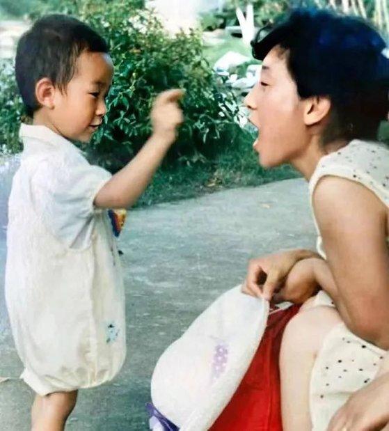 허수쥔과 아들의 다정한 한 때. 아들 리페이는 열두 살 때인 2000년 9월 실종돼 지금까지 소식이 닿지 않고 있다. [중국 신경보망 캡처]