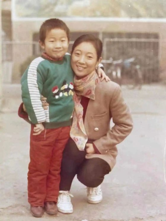 허수쥔과 아들 리페이가 함께 포즈를 취했다. 리페이는 2000년 9월 실종됐다. [중국 신경보망 캡처]