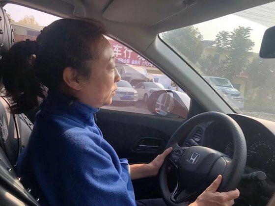 올해로 아들 찾기 20년을 맞은 허수쥔은 차에서 숙박을 해결하며 연락을 받는 대로 달려가는 삶을 살고 있다. [중국 신경보망 캡처]