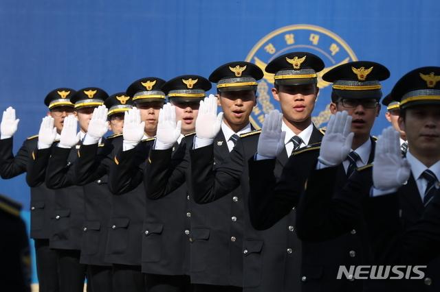 [아산=뉴시스]박영태 기자 = 신임 경위, 경감 임용자들이 지난 3월12일 충남 아산시 경찰대학에서 열린 임용식에 참석해 선서를 하고 있다. 2020.03.12. since1999@newsis.com <사진은 기사와 관련없음>