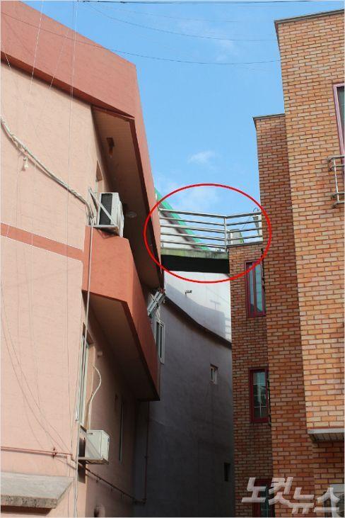 불법 구조물(빨간 원)을 설치했다가 최근 적발된 충북 청주시 우암동의 한 빌라. (사진=청주CBS 최범규 기자)