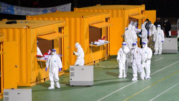 지난 21일 밤 강원 화천군 사내면에 설치된 이동 선별진료소에서 의료진들이 코로나19 검사를 준비하고 있다. 연합뉴스