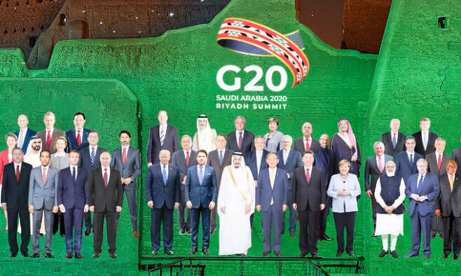 '비대면시대' G20정상들 합성사진 문재인 대통령을 비롯한 주요 20개국 정상들의 모습을 합성한 단체사진이 22일 G20 화상 정상회의 홈페이지에 공개됐다. '모두를 위한 21세기 기회 실현'을 주제로 한 이번 회의는 화상으로 진행됐다. G20정상회의 제공