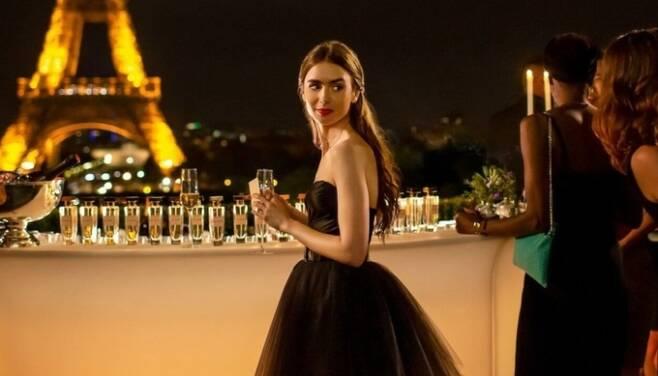 넷플릭스 드라마 '에밀리, 파리에 가다'(Emily in Paris)의 한 장면. 넷플릭스 캡처