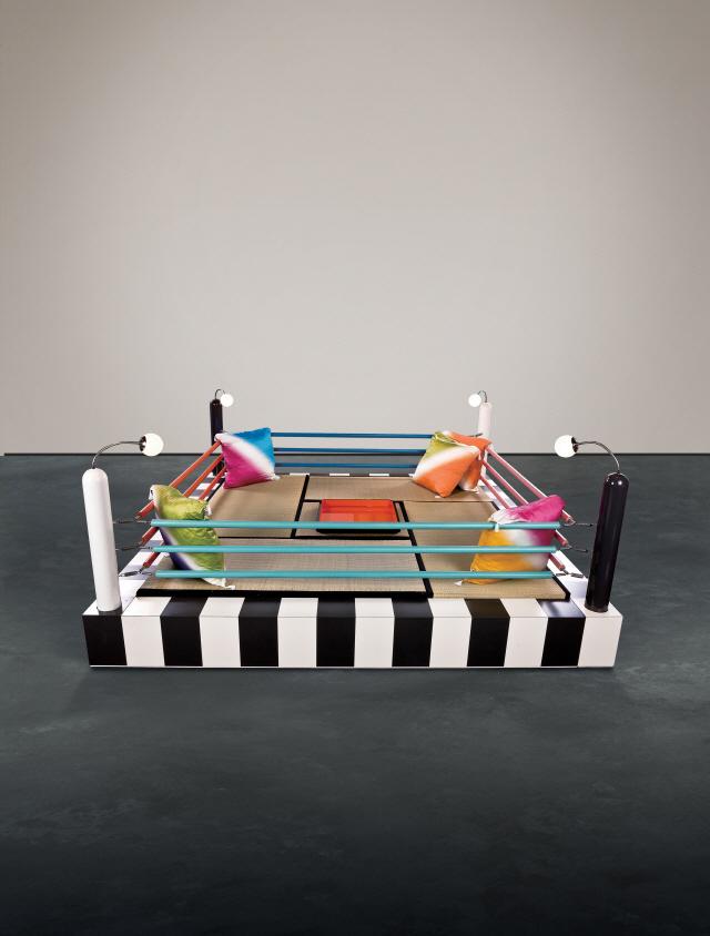 마사노리 우에다 '타와라야 링'은 일본의 료칸을 염두에 두고 제작한 권투경기장 모양의 침대다. 추정가는 1,800만~2,800만원. /사진제공=서울옥션