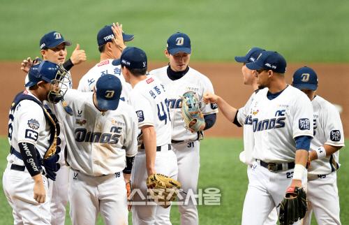 NC 선수들이 2020 KBO 한국시리즈 5차전에서 승리한 뒤 승리를 자축하고 있다. 2020. 11. 23. 고척 | 최승섭기자 thunder@sportsseoul.com