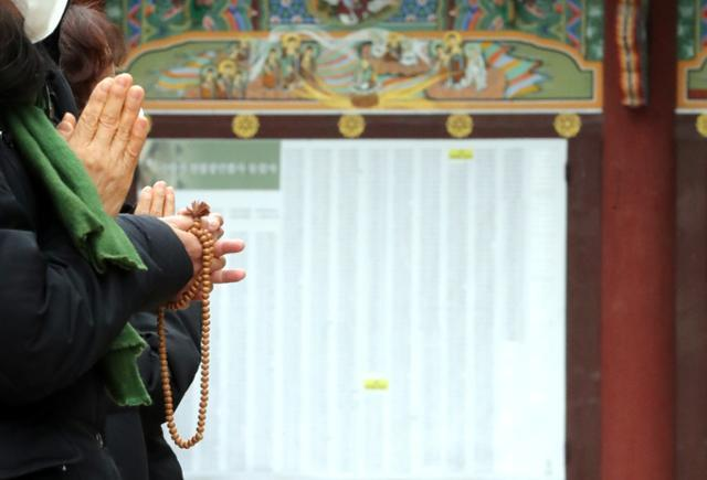 수능을 열하루 앞둔 22일 서울 종로구 조계사에서 불교 신도들이 기도하고 있다. 연합뉴스