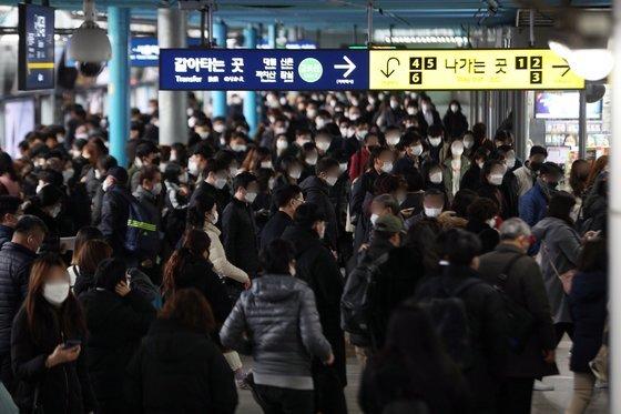 신종 코로나바이러스 감염증(코로나19) 확산으로 수도권 지역에 사회적 거리두기 2단계가 적용된 24일 오전 서울 구로구 신도림역에서 출근길 시민들이 마스크를 착용한 채 발걸음을 옮기고 있다. 뉴스1