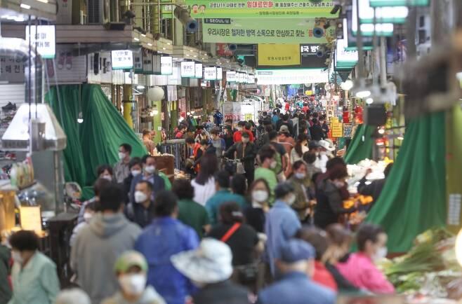 정부긴급재난지원금이 지급되면서 붐비는 전통시장 ©연합뉴스