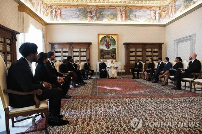 프란치스코 교황과 NBA 선수들의 만남. [AFP=연합뉴스]