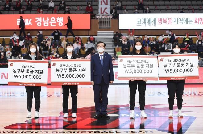 부산 BNK의 지원금 전달식 모습. [BNK 여자농구단 제공. 재판매 및 DB 금지]