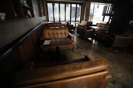 24일 장사를 접은 서울 중구의 한 카페에 불이 꺼져있다. 뉴스1