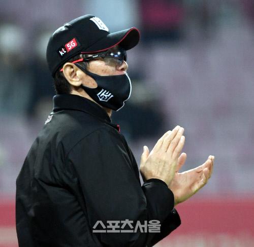 kt 위즈 이강철 감독이 27일 광주 KIA전에서 7-6으로 승리한 뒤 박수를 치고있다. 김도훈기자 dica@sportsseoul.com