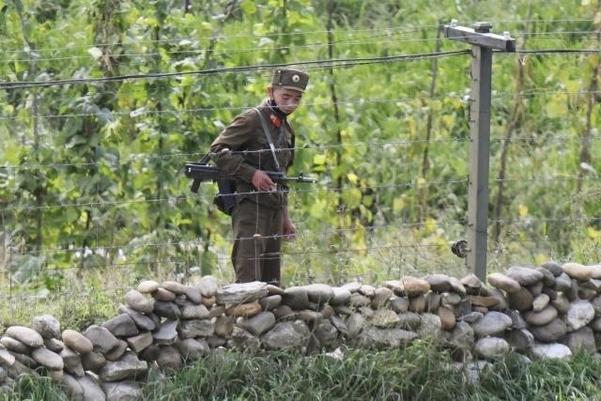 북한 양강도의 압록강변에서 인민군 병사가 총을 멘 채 경계 근무를 서고 있다. /교도·연합뉴스