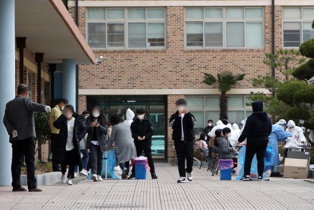 27일 오후 광주 광산구 한 중학교에 설치된 선별진료소에서 학생들이 신종 코로나바이러스 감염증(코로나19) 진단검사를 받고 있다. 연합뉴스