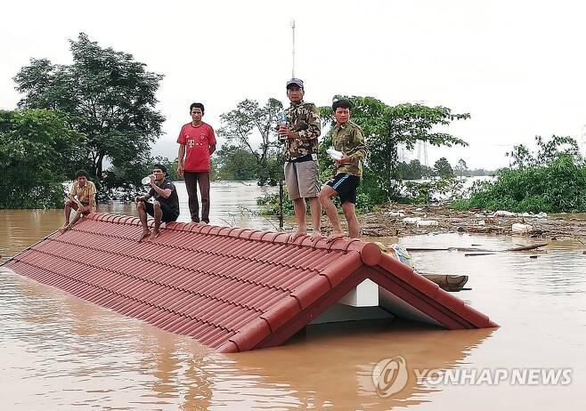 2018년 7월 라오스 보조댐 붕괴로 수몰된 마을 [아타프 EPA=연합뉴스 자료 사진]