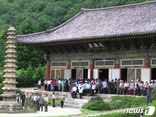2003년 8월 직장, 학교별로 보현사를 방문해 대웅전을 둘러보고 있는 북한 참관객들. (미디어한국학 제공) 2020.11.28.© 뉴스1