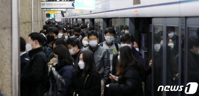 지난 27일 서울 1호선 종각역에서 시민들이 출근길 발걸음을 옮기고 있다. /뉴스1 © News1 박지혜 기자