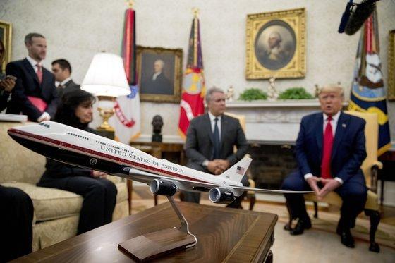 """2019년 6월 도널드 트럼프 대통령이 발표한 신형 에어포스원의 디자인. 그는 """"더 미국적인 색으로 바꾸자""""며 빨간색과 남색이 들어간 에어포스원 디자인을 발표했다.[AP=연합뉴스]"""